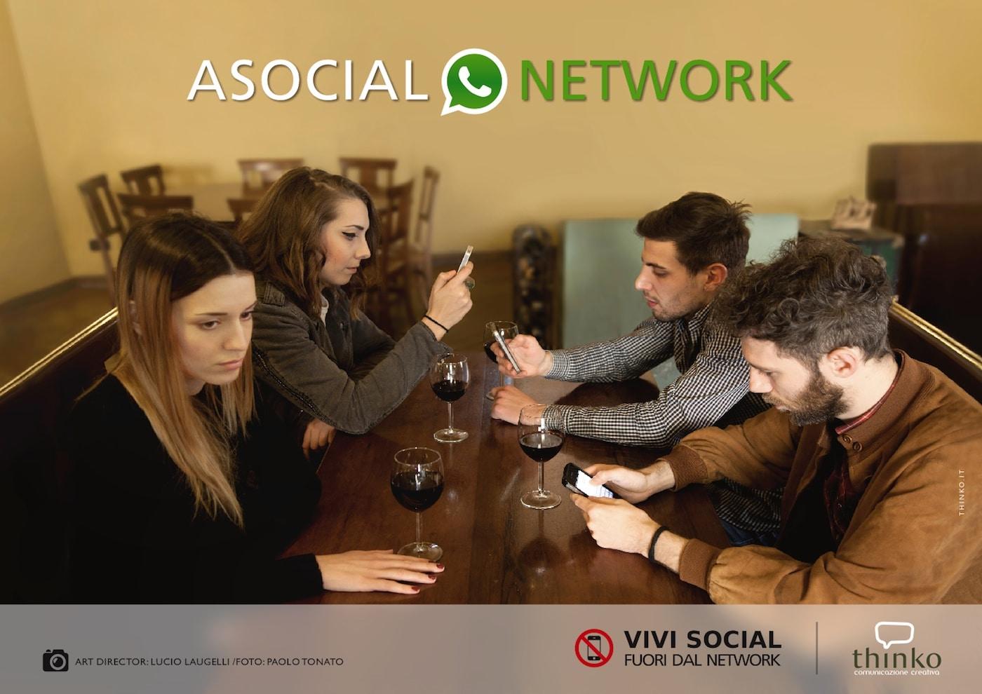 L'uso di smartphone a cena, al bar con gli amici